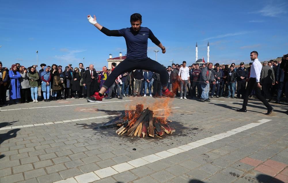 Yozgatlılar ateş üzerinden atlayarak Nevruz'u kutladı! 1