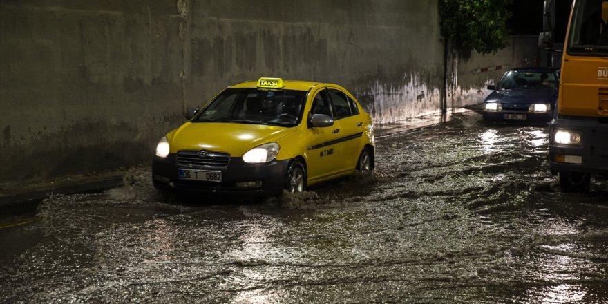 Sağanak yağış Başkent'i esir aldı