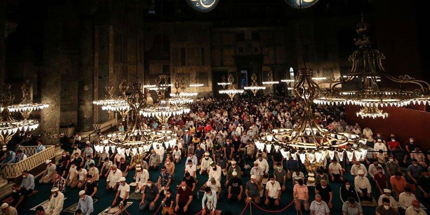 Ayasofya'da kalabalık azalmıyor! Sabah namazında her yer doldu taşt