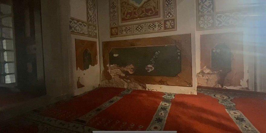 Beşiktaş'taki 465 yıllık cami rutubet nedeniyle dökülüyor