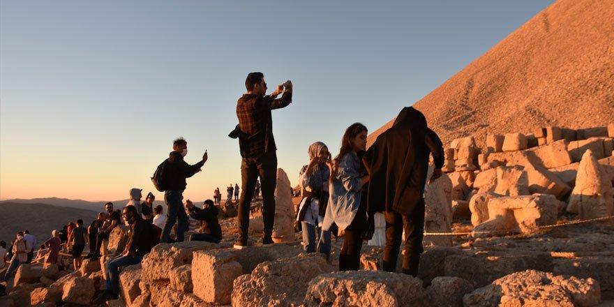 Dünya mirası Nemrut Dağı'nda hafta sonu yoğunluğu yaşanıyor!