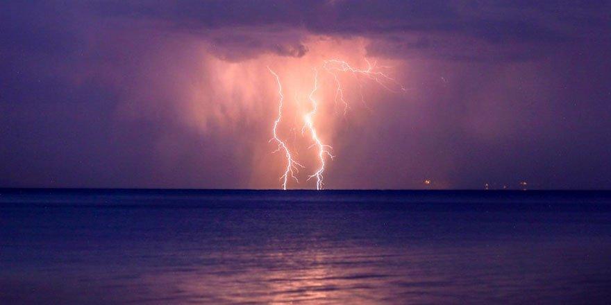 Van Gölü semalarını yıldırımlar aydınlattı!