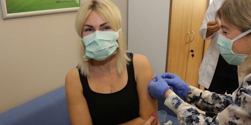 AÜ'deki ilk aşı gönüllü olarak Rektör Özlenen Özkan'a yapıldı