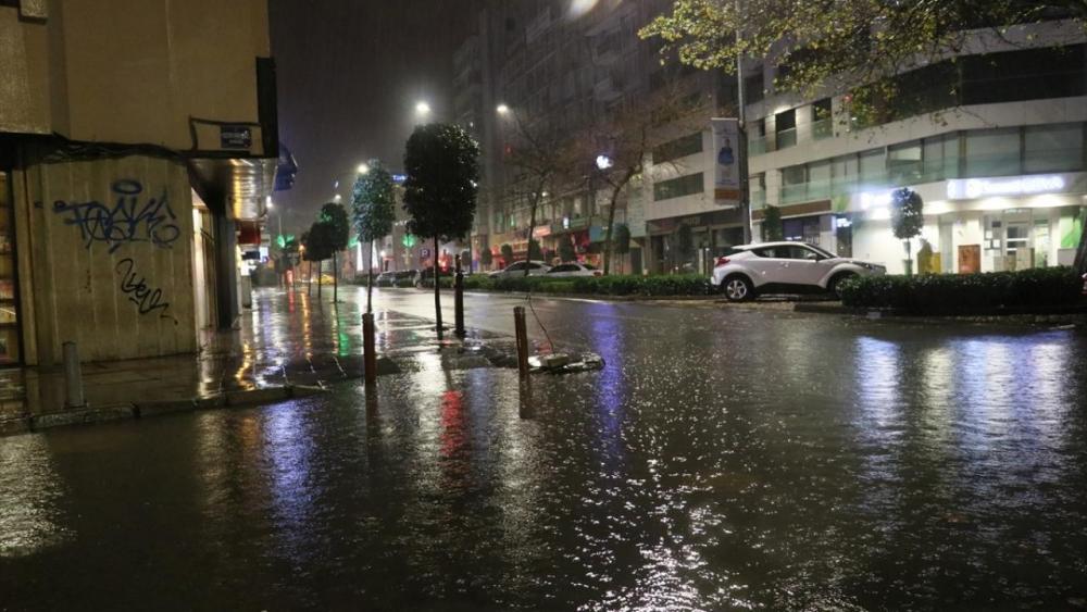 İzmir'i sağanak yağmur vurdu: Trafiğe çıkmayın 1