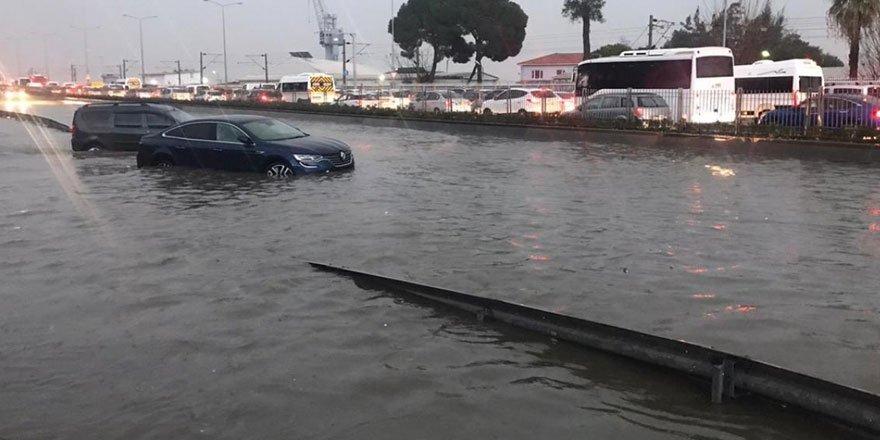 İzmir'i sağanak yağmur vurdu: Trafiğe çıkmayın