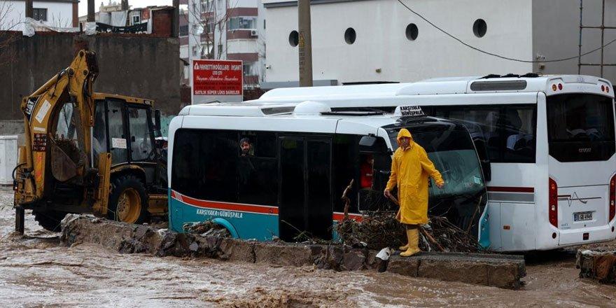 İzmir sağanağa teslim: Bir aylık yağış bir gecede düştü