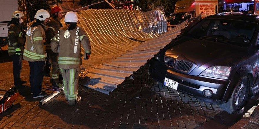 İstanbul'da fırtına etkili oldu! Çatılar uçtu, ağaçlar devrildi