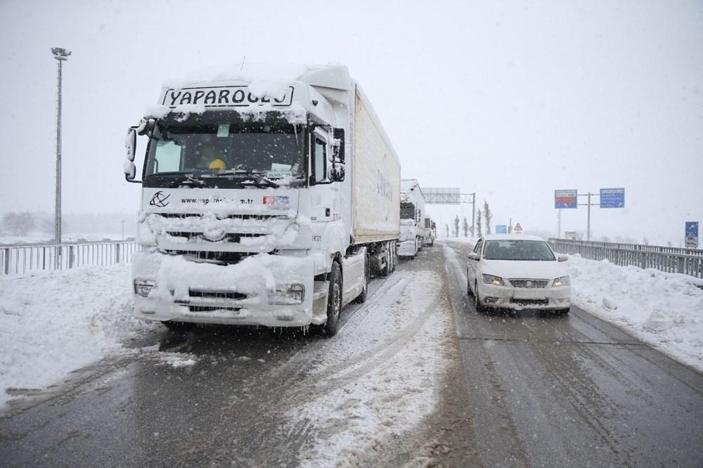 Balıkesir-Bursa karayolunda kar esareti 1