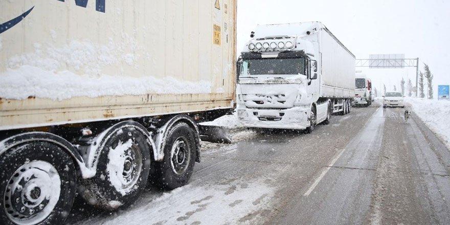Balıkesir-Bursa karayolunda kar esareti