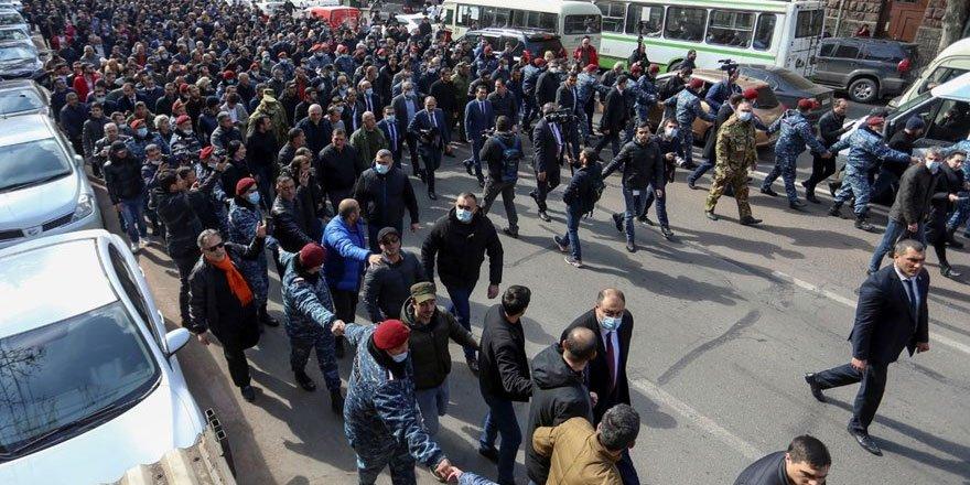 Ermenistan'da darbe girişimi: Paşinyan destekçileri meydanlara dökü