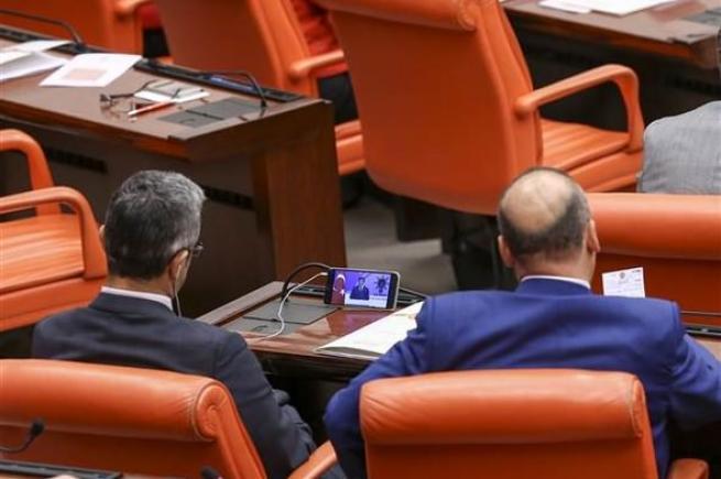 Vekiller Davutoğlu'nun konuşmasını cep telefonundan izledi. 3
