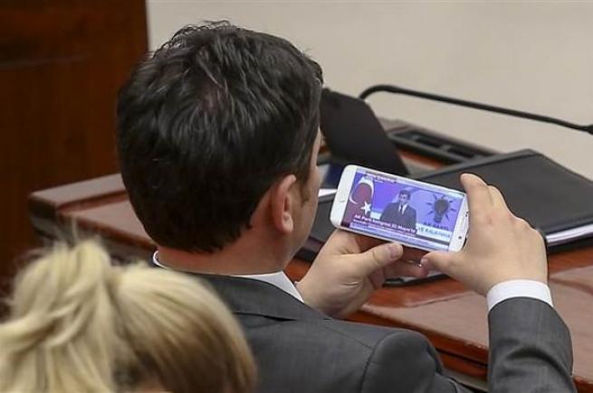Vekiller Davutoğlu'nun konuşmasını cep telefonundan izledi. 4
