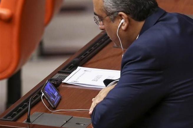Vekiller Davutoğlu'nun konuşmasını cep telefonundan izledi. 6