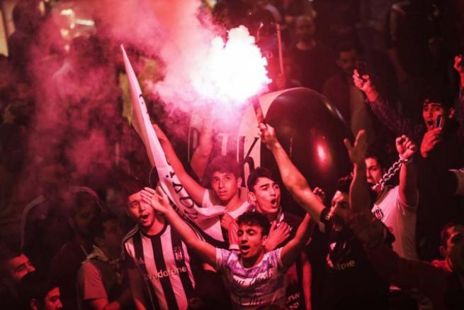Beşiktaşlılar olası şampiyonluğu kutlamaya başladı 13