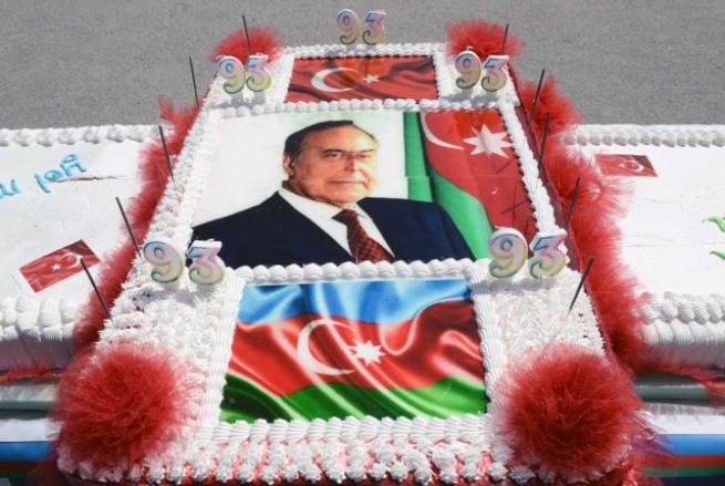 Aliyev için 93 metrelik pasta 11
