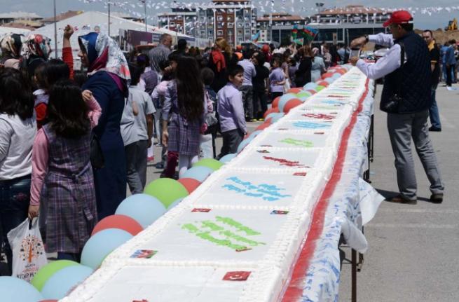 Aliyev için 93 metrelik pasta 3