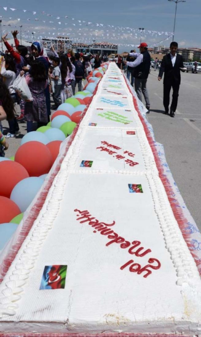 Aliyev için 93 metrelik pasta 5