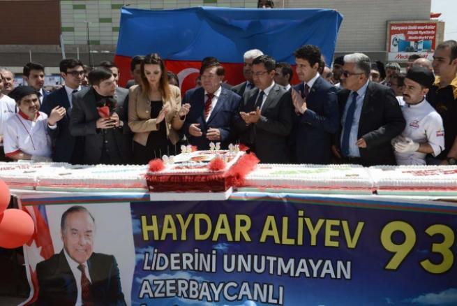 Aliyev için 93 metrelik pasta 7