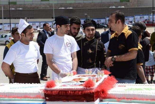 Aliyev için 93 metrelik pasta 8