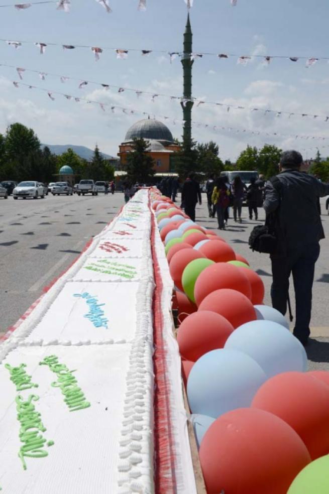 Aliyev için 93 metrelik pasta 9