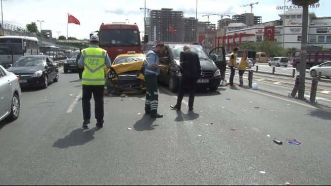 Yenibosna'da zincirleme trafik kazası 3