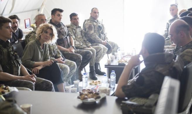 Gülben Ergen'den askere moral ziyareti 5