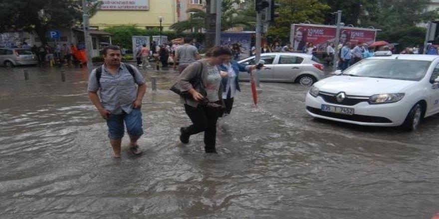İzmirli yağmura hazırlıksız yakalandı