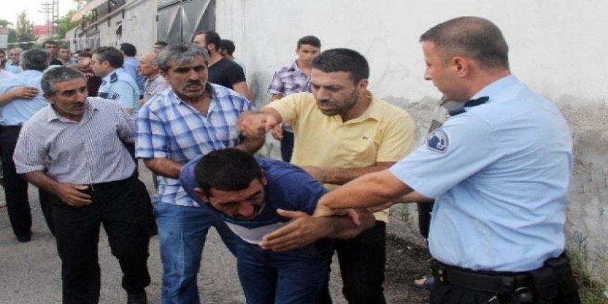 Polis linçten zor kurtardı