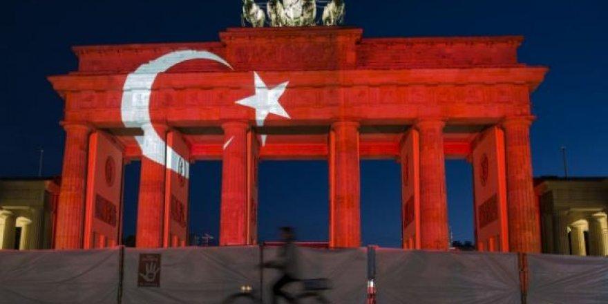 'Bandenburg Kapısı' Türk bayrağı renklerine büründü