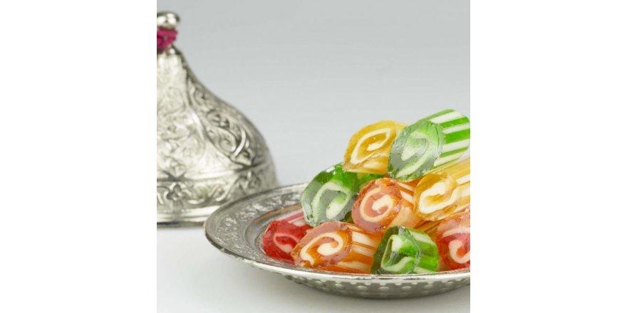 Ambalajına yapışık olan şekere dikkat