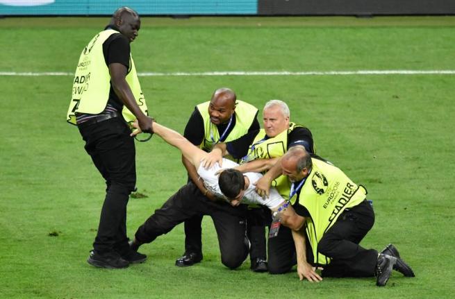 EURO 2016 finalinde sahaya seyirci girdi 1