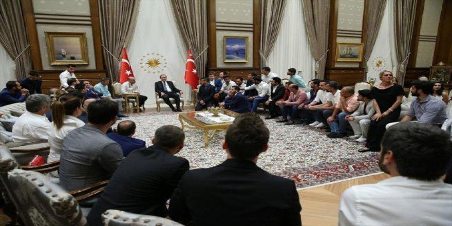 Cumhurbaşkanı Erdoğan sanatçı, oyuncu, radyocu ve sporcuları kabul etti