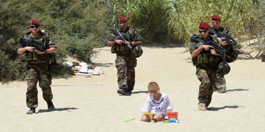 Fransız askerleri plaja indi