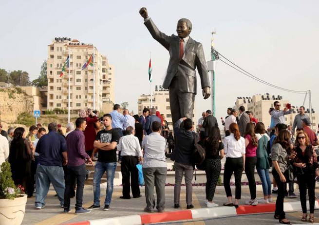 Filistin'de 'en büyük' Mandela heykeli 11