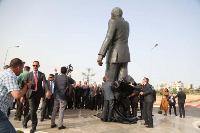 Filistin'de 'en büyük' Mandela heykeli 8