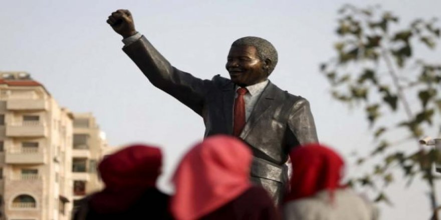 Filistin'de 'en büyük' Mandela heykeli