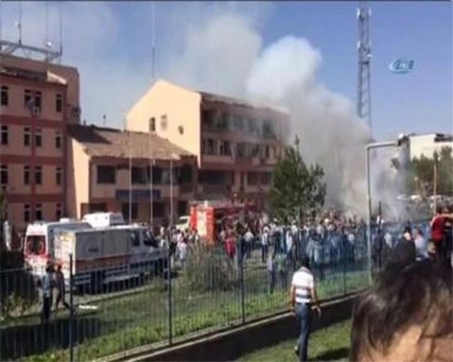 Elazığ'da bombalı saldırıdan ilk kareler! 1