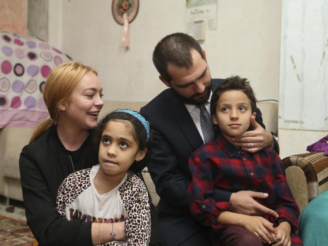 Sultanbeyli'de Suriyeli aileyi ziyaret eden Lindsay Lohan gözyaşlar 1