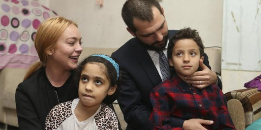 Sultanbeyli'de Suriyeli aileyi ziyaret eden Lindsay Lohan gözyaşlar