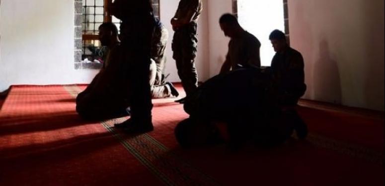Teröristler selayı ezan sanıp saldırdı!