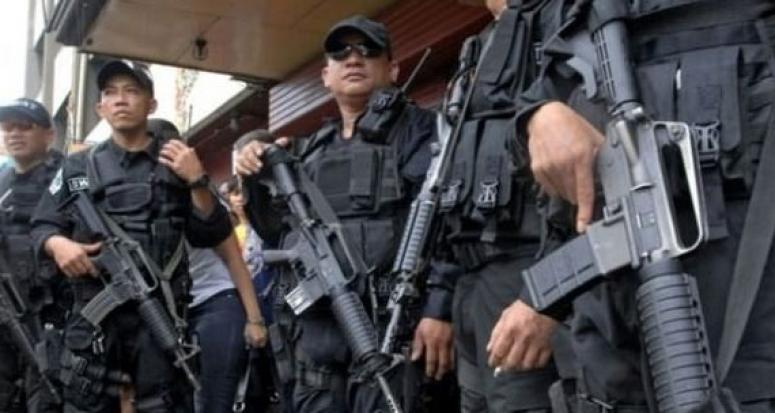 40 kişi askeri kampı taradı: 20 ölü