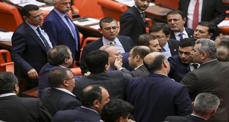Meclis'te Kavga! Vekiller Birbirlerinin Üzerine Yürüdü