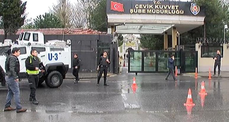 İstanbul'da polise saldırı anı!