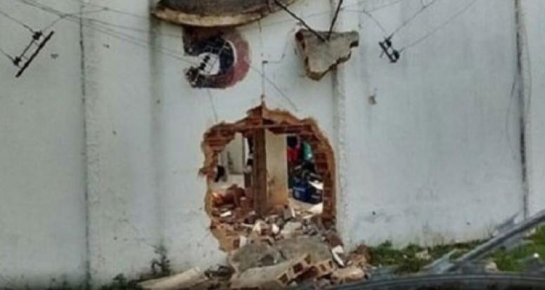 Duvarı patlatıp hapishaneden toplu firar ettiler
