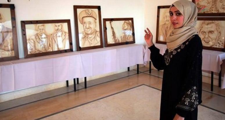 Filistinli sanatçı telve ile tablo yapıyor