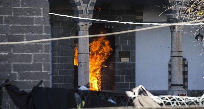 Teröristler 89 camiyi yaktı!