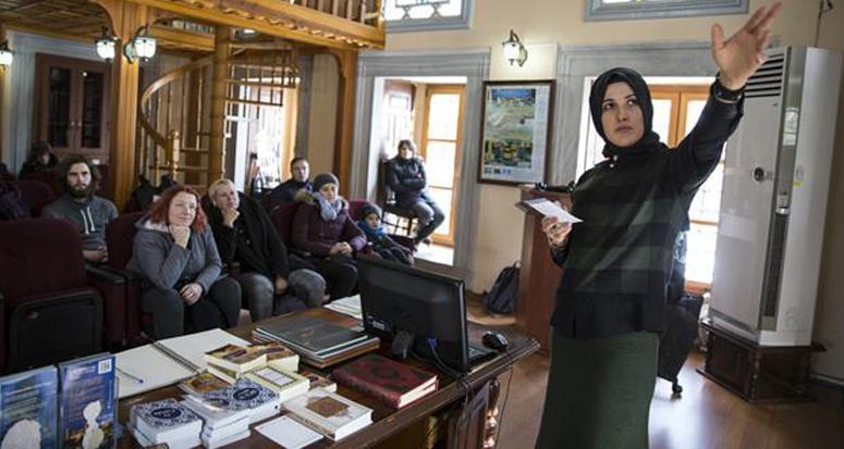 Sultanahmet'te turistlere İslam'ı anlatıyor