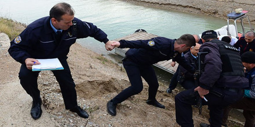 Polis el ele vererek kurtardı