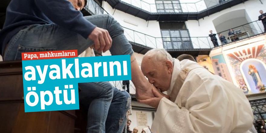 Papa, mahkumların ayaklarını öptü