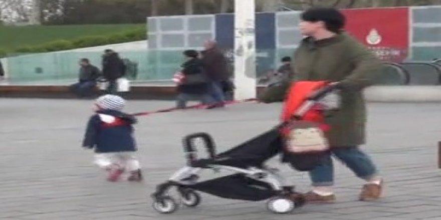 Taksim'de anne çocuğunu tasmayla gezdirdi!